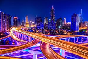 Красивые обмена путепровод и город небоскребов