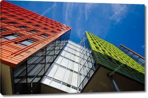 Офисное здание в Лондоне с голубым небом