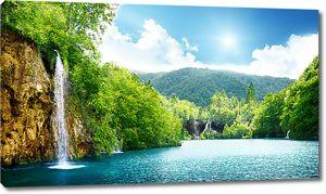 Озеро с водопадами