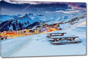 красивый закат и лыжный курорт во французских Альпах, Европе