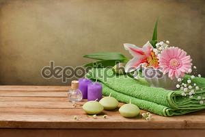 Спа концепции Натюрморт с цветами, свечи и полотенца