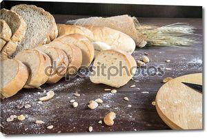 Натюрморт с хлебом и пшеницы на деревянный стол