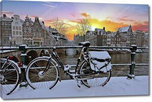 Живописный город от Снежное Амстердам в Нидерландах в зимний период на закате