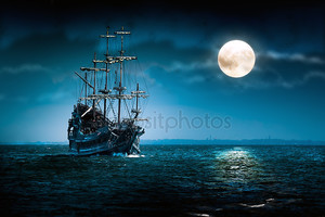 Призрак пиратского судна парусным спортом и Луна