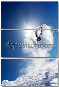 Сноубордист в прыжке с переворотом