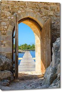 Крепость арка открытых дверей