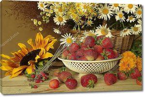 Натюрморт с цветами и ягодами. Красный, спелой клубники и букет из полевых цветов и подсолнухи .