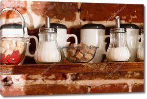 Полка с чашками на кухне