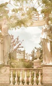 Красивый балкон со статуями
