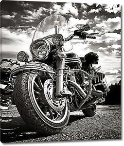 Старинный мотоцикл в черно-белом цвете