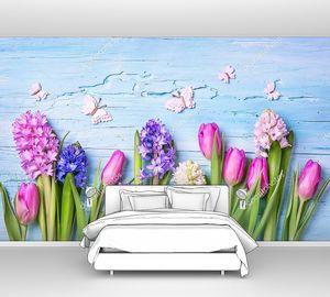 Гиацинты и тюльпаны на синем фоне