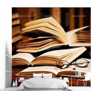 открытая книга, лежащая на книжной полке