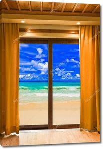Вид из номера на песочный пляж