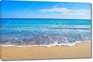 Волны на песочном пляже
