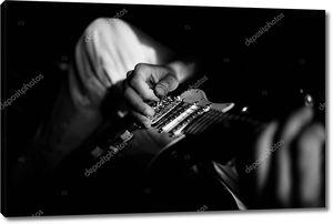Человек играть на гитаре на дому