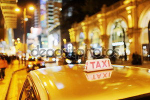 Крупным планом вид такси на улице элитного магазины на вечер в