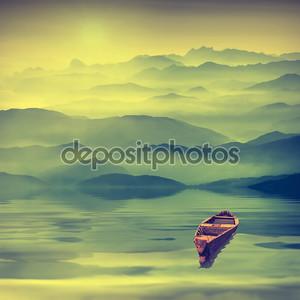 Восход солнца в туманной долине