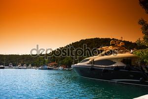Яхта у пристани
