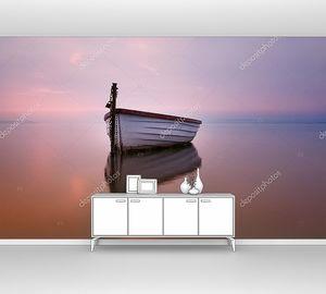 Одинокая лодка на озере