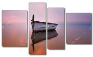 Одинокая лодка на озере утром