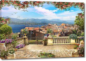 Вид с террасы на город и парусник на якоре