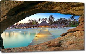 Вид на бунгало из пещеры