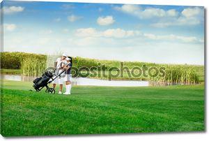 пара, играющая в гольф