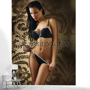 Латиноамериканская девочка в сексуальном черном нижнем белье