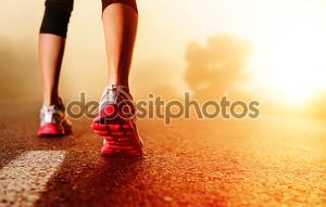 ноги спортсмена на дороге