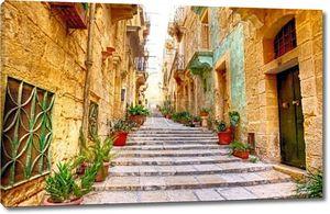 типичные узкие улицы с лестницы