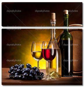 Виноград с бутылками вина