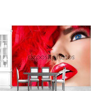 Красивая блондинка девушка с красными губами