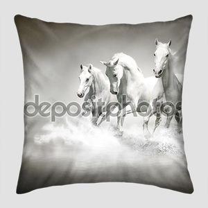 Табун белых коней бежит через воду