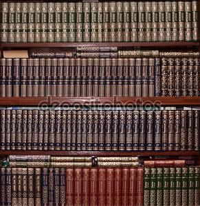 Книги в золотой крышкой в библиотеке