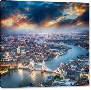 Лондон. Аэрофотоснимок башни моста в сумерках с красивым городом