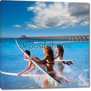 Подросток серферов работает прыжки на доски для серфинга