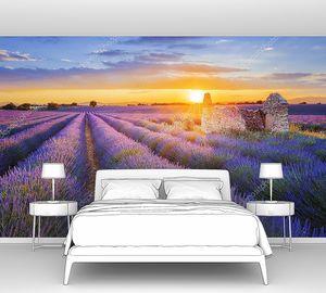 Солнце садится над лавандовым полем