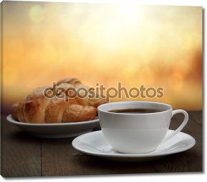 Утром завтрак - кофе и круассан в Санрайзе