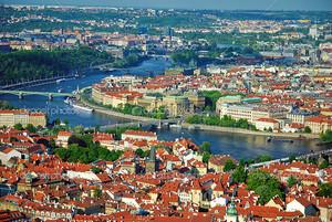Вид на город и реку Влтава в Праге