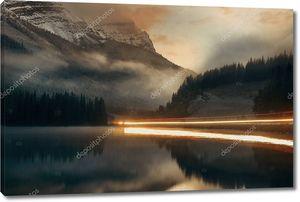 Горное озеро на заходе солнца