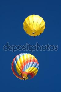 Два шары парусных покинуть в глубокое синее небо