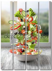 Летающий салат на дереве против окна