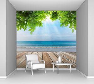 Дерево терраса на пляже с зеленых листьев и солнца свет