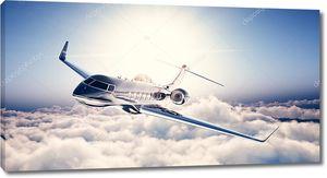 Фото черного роскошного универсального дизайна частного самолета, летящего в голубом небе. Огромные белые облака и солнце на заднем плане. Концепция деловых поездок. Горизонтально. 3d-рендеринг