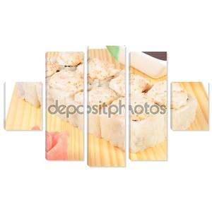Маки суши с лососем и пряным соусом