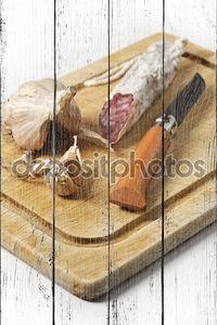 Копченая колбаса и чесноком