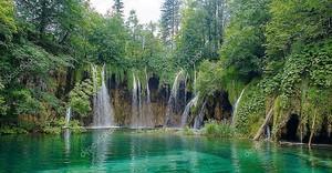 Природа водопад в лесу в Хорватии, прозрачная река