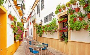 Столики на критской улице