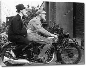 Двое мужчин, езда на мотоцикле