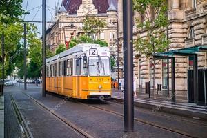 Старый желтый трамвай в Будапеште .